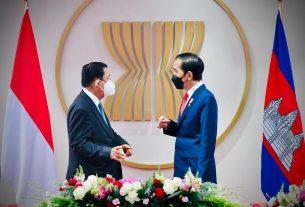 Presiden Jokowi dan PM Hun Sen dalam pertemuan bilateral, di Gedung Sekretariat ASEAN, Jakarta. (Foto: BPMI Setpres/Laily Rachev)