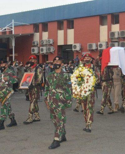 Peti jenazah Kepala BIN Daerah Papua Mayjen TNI Anumerta IGP Danny disambut upacara penerimaan jenazah di Terminal Kargo Bandara Soekarno-Hatta, Cengkareng, Jakarta Barat, Senin (26/4/2021). Foto : Pangdam Jaya
