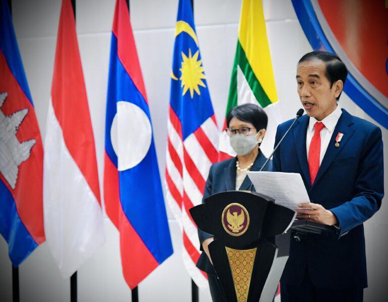 Presiden Joko Widodo menyampaikan keterangan pers selepas mengikuti ASEAN Leaders' Meeting di Sekretariat ASEAN, Jakarta, pada Sabtu, 24 April 2021