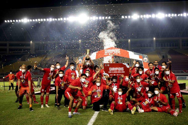 Pesta tim Persija Jakarta usai menjuarai Piala Menpora. Foto : Kompas.com