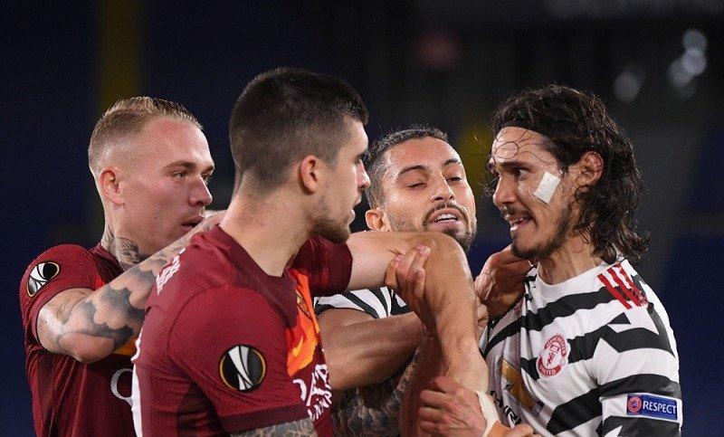 Penyerang Manchester United Edinson Cavani (kanan) terlibat perang mulut dengan gelandang AS Roma Gianluca Mancini (kedua kiri) dalam leg kedua semifinal Liga Europa di Stadion Olimpico, Roma, Italia, Kamis (6/5/2021) waktu setempat. Foto : Reuters.